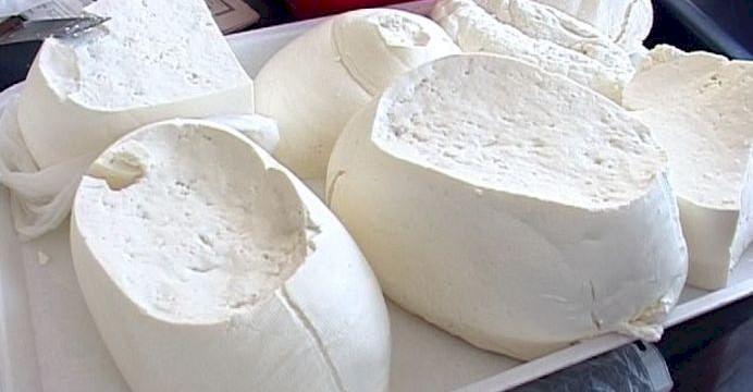 Atenție consumatori! Credeți că mâncați brânză? Sortimentele care conțin soluție de dezgheț. Provoacă ravagii în organism. APC avertizează