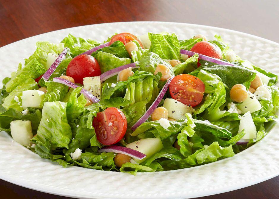 Nu mai combinați roșii cu castraveți în salată! Nutriționiștii ne avertizează: cine sunt cei care trebuie să evite acest lucru