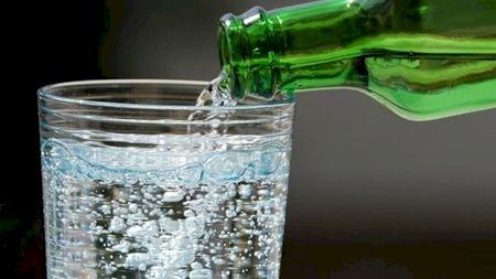 Este sănătos să bei apă pe stomacul gol? Ce se întâmplă în corpul nostru