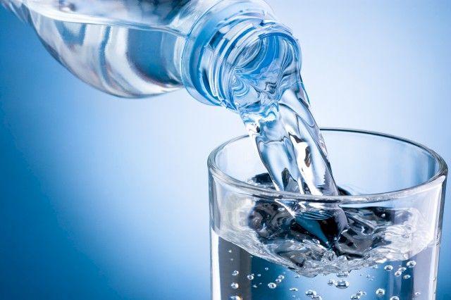 Apa minerală îngrașă – care este adevărul?