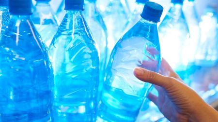 Pericolul din apa pe care o cumpărăm. Ce conține fiecare sticlă și cum ne putem îmbolnăvi