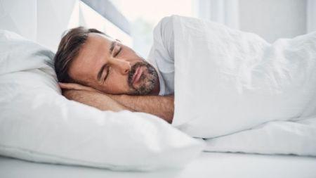 Și tu faci asta înainte de culcare? Este complet greșit! Ce riști dacă vei continua cu acest obicei