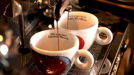Și tu bei cafeaua dimineața? Specialiștii avertizează! Ce au descoperit