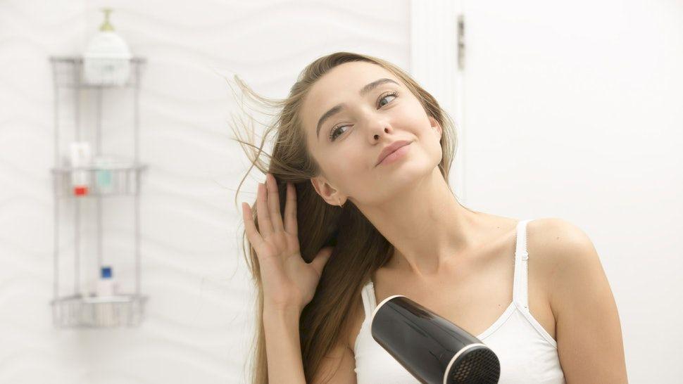 Și tu faci această greșeală când îți usuci părul cu feonul? Evită acest obicei! Îți distrugi părul