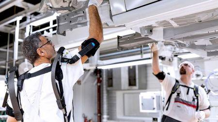 Lucrătorii companiei Audi folosesc exoschelete pentru a construi mașini