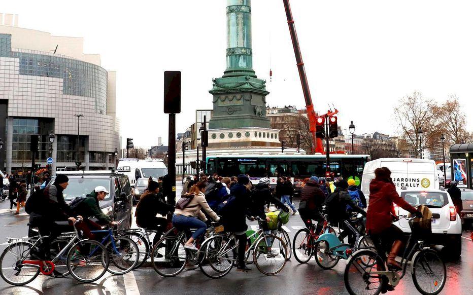 Numărul de accidente de bicicletă și scuter a crescut în Paris, din cauza grevelor ce au paralizat transportul în comun
