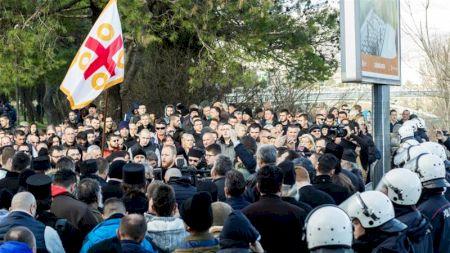 Sute de persoane protestează în Serbia împotriva noii legi bisericești din Muntenegru