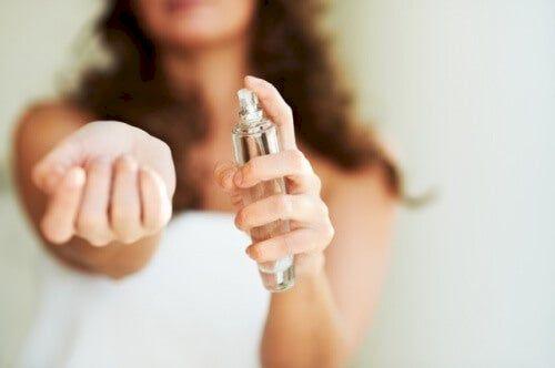 Greșeala pe care o facem când ne dăm cu parfum. Vei avea mari probleme de piele. Sigur nu știai