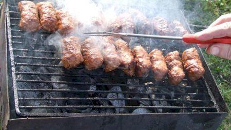 Nu mai mânca friptură la grătar! Este mai periculoasă ca fumatul