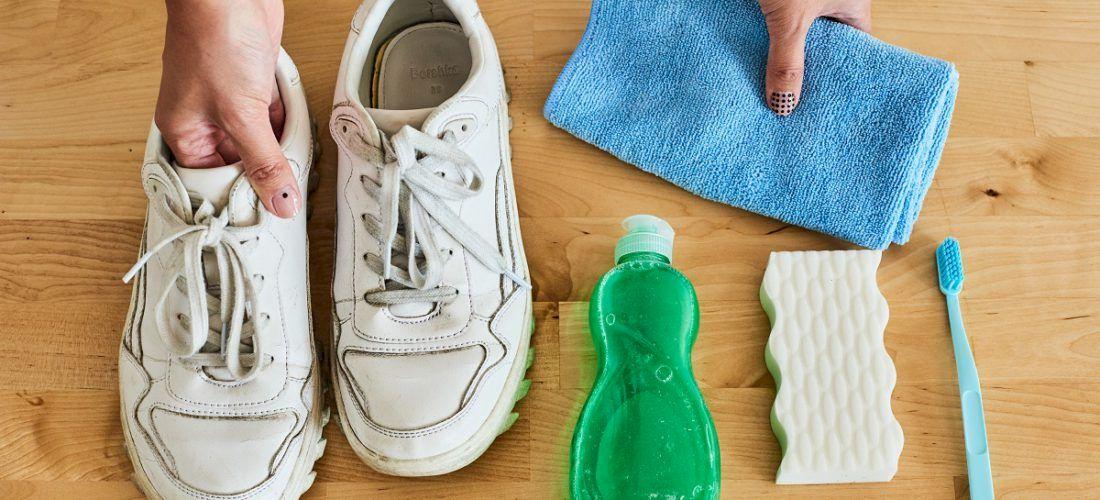 Cum îți păstrezi mereu încălțămintea albă! Metoda minune cu un ingredient banal