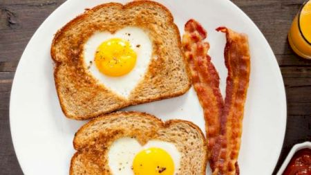 Cea mai bună rețetă de ouă ochiuri! Combinația care le face super delicioase