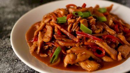 Rețetă: Pui chinezesc cu legume. Învață să obții la tine acasă gustul consacrat al restaurantelor chinezești