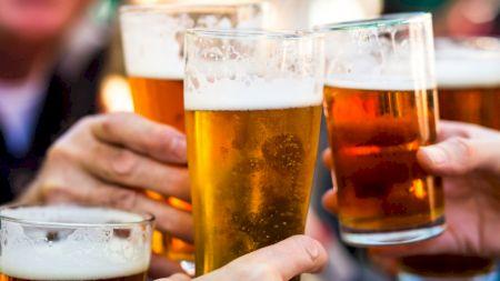 Bei bere când e foarte cald afară? Este greșit! Iată ce riști dacă faci asta. Avertismentul cercetătorilor