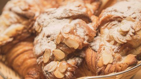 Rețeta pentru cel mai delicios croissant cu cremă de migdale. E gata în câteva minute. Trebuie neapărat să adăugați și acest ingredient