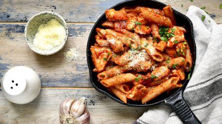 Rețetă: Prepară la tine acasă delicioasele paste italiene cu piept de pui și sos de roșii