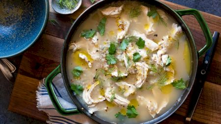 Rețeta pentru supa detoxifiantă. Conține piept de pui și ierburi aromate. Cum o prepari