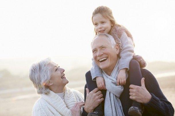 Studiu: Creșterea nepoților poate prelungi viața. Care sunt explicațiile