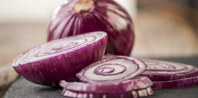 Proprietăți uluitoare: De ce recomandă specialiștii consumul de ceapă roșie? Este mult mai sănătoasă ca ceapa albă
