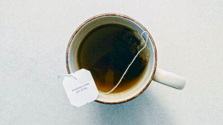 Când devine ceaiul negru toxic. Greșeala care poate duce la palpitații și insomnii