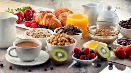 Un medic celebru anunță: Este greșit să mâncați mult la mic-dejun. Iată singurele trei alimente pe care ar trebui să le consumați