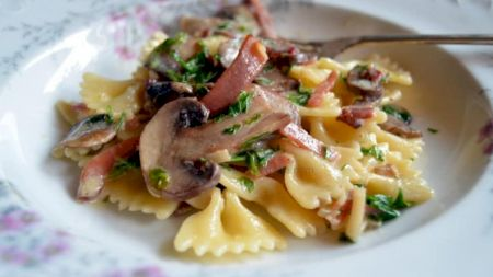 Rețeta preferată a italienilor: Paste cu șuncă și ciuperci. Vezi cât de simplu se prepară