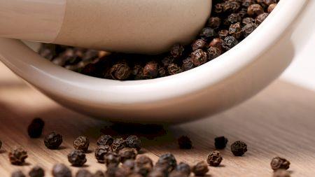 Piper negru, verde, roșu sau alb? Care este cel mai sănătos și la ce mâncăruri se potrivește fiecare?