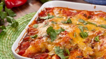 Rețetă: Cea mai aromată și suculentă friptură: Pulpe de pui la cuptor împănate cu usturoi. Care e secretul?