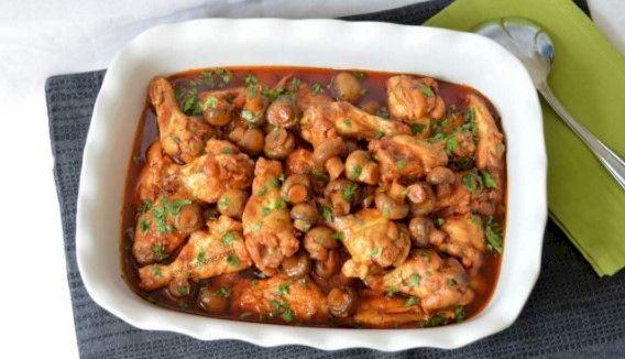 Rețetă simplă și delicioasă: Tocăniță de pui cu ciuperci. Rețeta este folosită în marile restaurante
