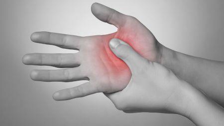 Îți amorțesc mâinile? Iată care sunt motivele  și cum îți dai seama că trebuie să mergi urgent la doctor