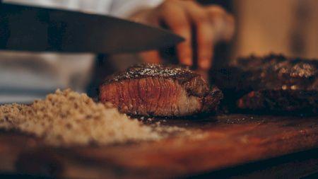 Adaugă un strop de bicarbonat de sodiu peste carne și vei avea cea mai mare surpriză. Este secretul pe care-l folosesc marii bucătari