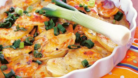 Rețetă: Cartofi cu brânză la cuptor. Este cea mai delicioasă garnitură!