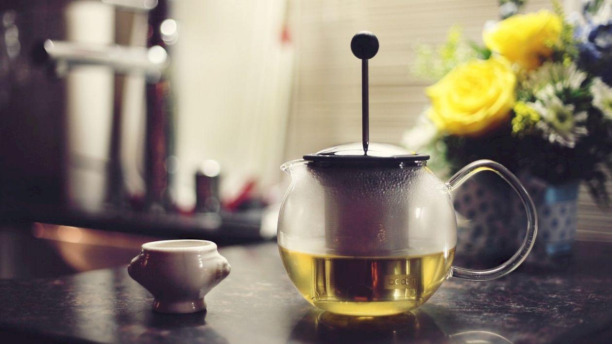 Ceaiul care arde grăsimea abdominală. Tratează și durerile de cap