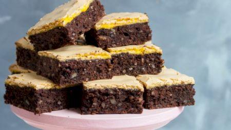 Rețetă: Prăjitură cu nuci și glazură de gălbenuș. Rețeta care face furori pe internet