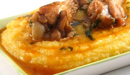 Rețetă: Cel mai delicios pui în sos de usturoi cu mămăliguță. O delicatesă autentic românească
