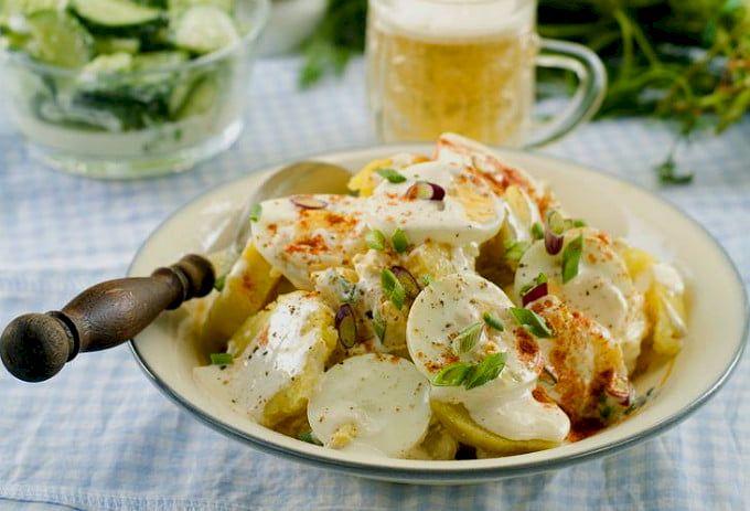Rețetă: Cea mai delicioasă salată de cartofi. Se prepară extrem de simplu iar gustul este extraordinar