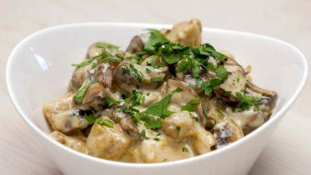 Rețeta tradițională care i-a dat pe spate pe jurații Chefi la Cuțite: Ciulama de pui cu ciuperci și mămăliguță. Secretul care o face absolut delicioasă