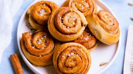 Rețetă: Cel mai delicios desert al copilăriei: Melci cu mere și scorțișoară. Ies extrem de pufoși!