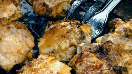 Rețeta perfectă: Cel mai bun pui la cuptor, cu cimbru și sos. Ce alte ingrediente trebuie să adăugați pentru un gust divin
