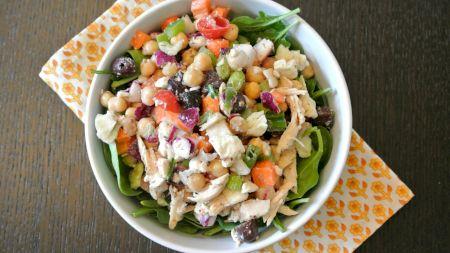 Cea mai delicioasă salată cu pui. Rețeta perfectă: adaugă neapărat și acest ingredient pentru un gust incredibil de bun