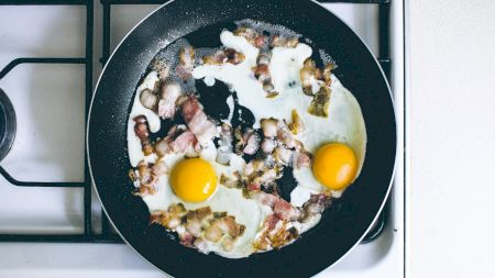 De ce este bine să pui un praf de făină în tigaie atunci când prăjești ouă. Este secretul folosit de marii bucătari ai lumii