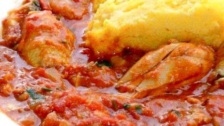 Rețetă tradițională care a devenit vedetă la Chefi la Cuțite: Ostropel de pui cu mămăliguță. Iată cât se simplu se prepară