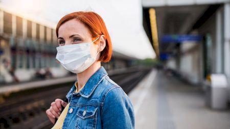 Ai iritații de la masca de protecție? Iată cum îți protejezi corect tenul. Multă lume face aceste greșeli