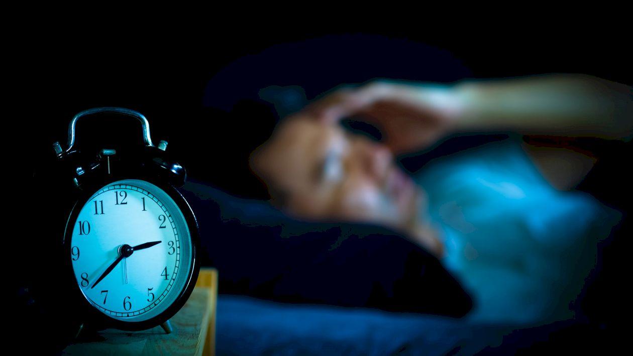 Nu mai dormi cu lumina aprinsă! Cum îți afectează sănătatea inimii și a creierului