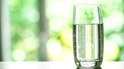 Apa filtrată, mai periculoasă decât apa de la robinet? Care este cea mai sănătoasă apă