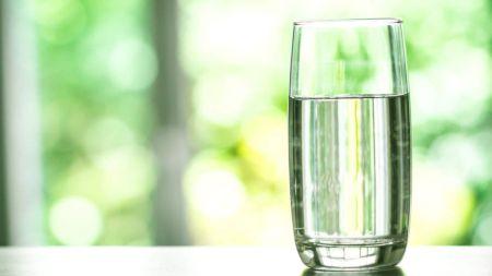 Când devine apa un pericol pentru organism. Poate duce chiar și la deces. Ce cantitate de apă trebuie să consumi, de fapt, în fiecare zi