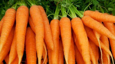 Consumă un morcov în fiecare zi. Cum te poate ajuta în dietă: beneficii și contraindicații