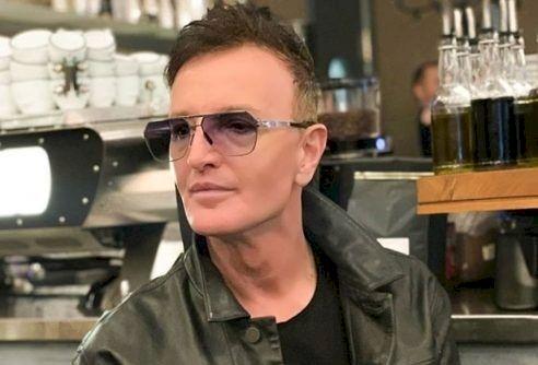 Îl recunoașteți? Un celebru cântăreț din România și-a schimbat complet fața! Nimeni nu și-a dat seama că este el. A apelat la numeroase operații estetice să arate ca la 20 de ani