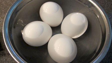 Adaugă bicarbonat de sodiu la fierberea ouălelor. Multe bucătărese folosesc acest truc. Ce efect are