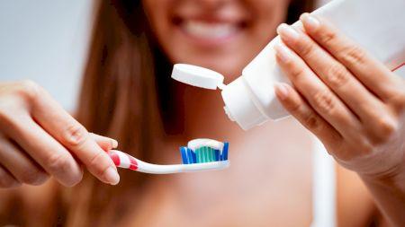 Cum îți albești dinții acasă în mod natural. Cel mai simplu remediu