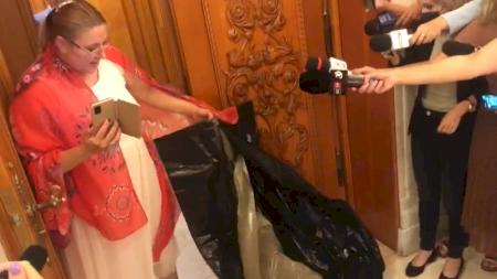 Diana Șoșoacă a luat la bătaie un senator. L-a tras puternic de nas. Din nou scene jenante în Parlament. Politicianul depune plângere